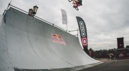 Трюки на BMX в скейтпарке