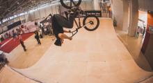 Трюки на BMX в мини-рампе