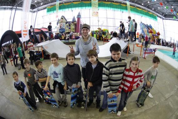 Уроки по скейтбордингу от Окси