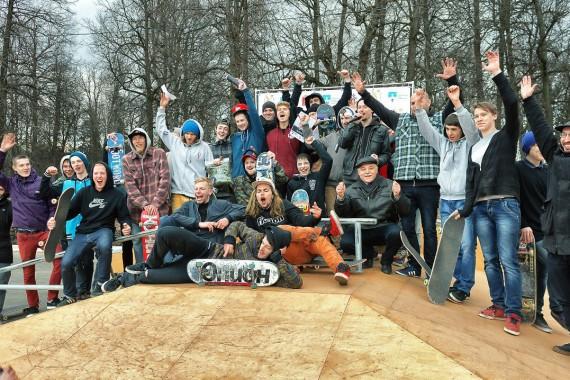 Участники соревнований по скейтбордингу